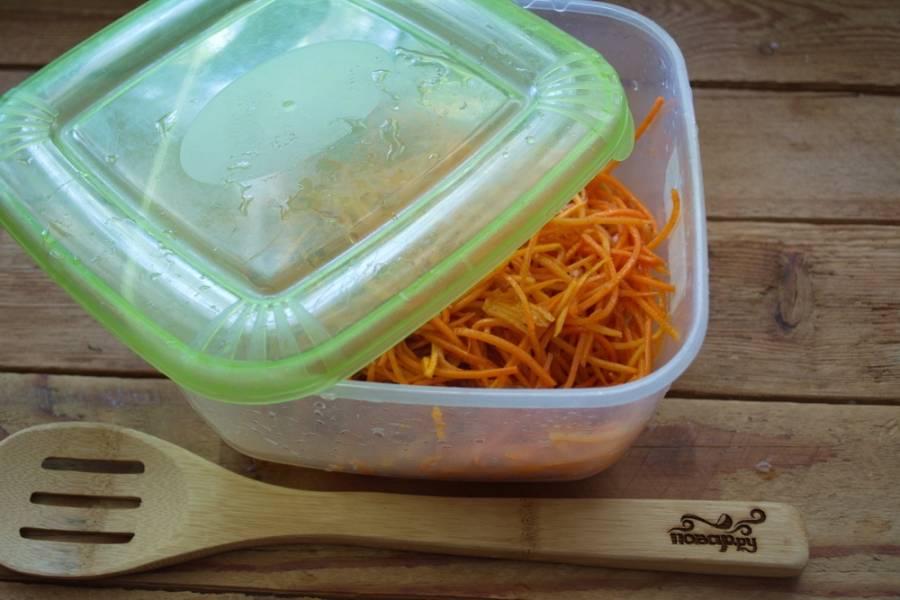Переложите в закрывающуюся емкость (коробочку для хранения продуктов, например). Храните в холодильнике 2-3 суток. Через 3 суток морковка будет готова.