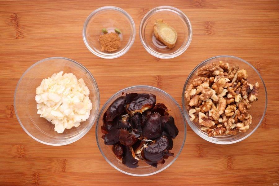 Для начала подготовьте все ингредиенты. Если у вас слишком сухие финики, замочите их на 1 час в теплой воде. Затем воду слейте, а финики тщательно обсушите.