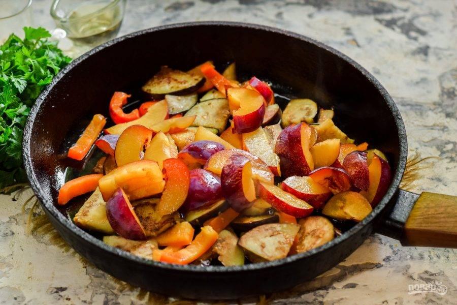 Добавьте в сковороду сливы, соль, перец и немного сухого чеснока по вкусу.