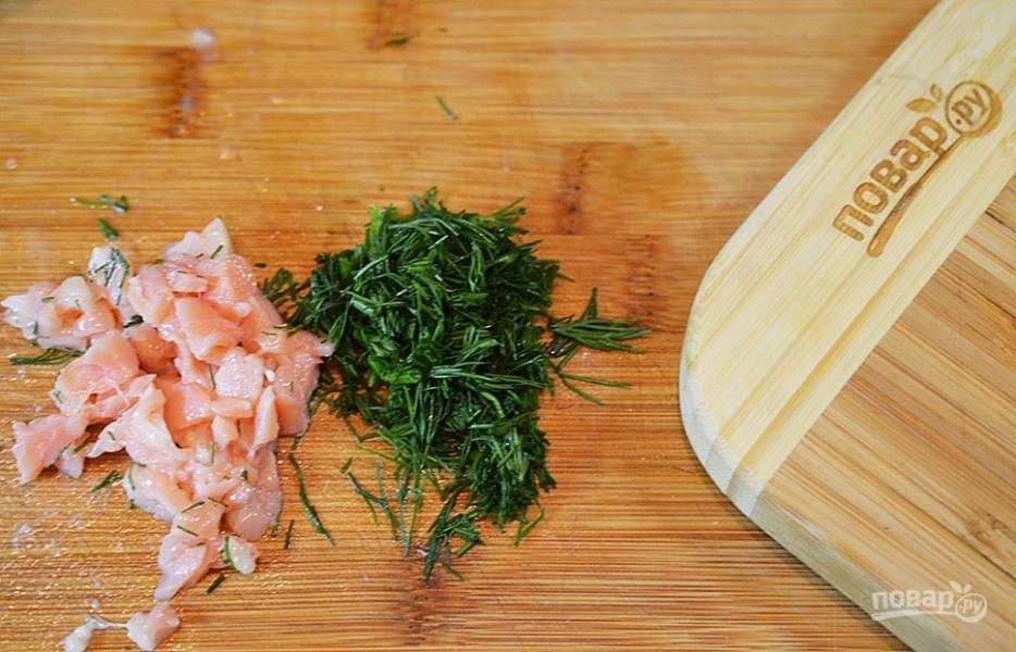 Соленый лосось и укроп нарежьте.