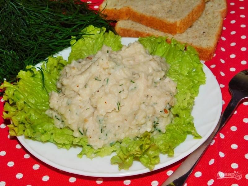 Картофельное пюре с жареным луком, орехами и зеленью