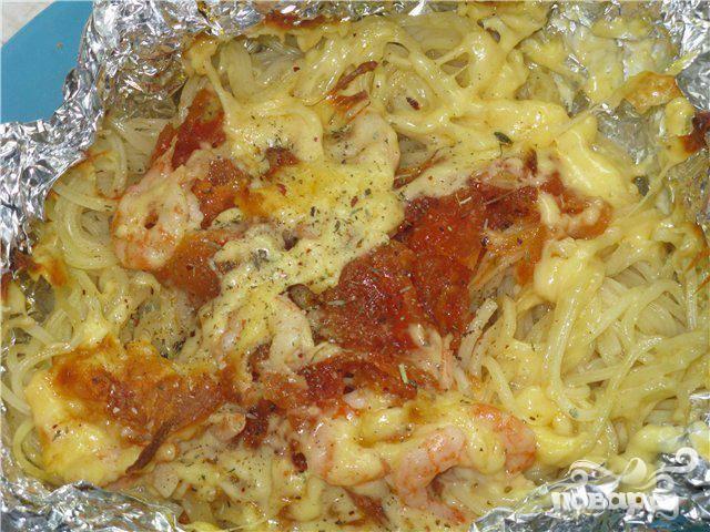 Запеченные спагетти с колбасой и сыром