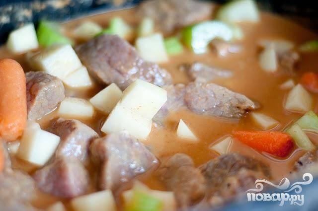4. Добавить нарезанные овощи и лавровый лист, накрыть крышкой и варить на среднем огне по крайней мере 8 часов. Вы можете поджарить овощи заранее. Нагреть 1 столовую ложку сливочного или растительного масла в большой сковороде на сильном огне, добавить овощи и жарить, часто помешивая, около 7-9 минут, до тех пор, пока лук и сельдерей не станут прозрачными. Добавить овощи в медленноварку и варить  на сильном огне по меньшей мере 4 часа.