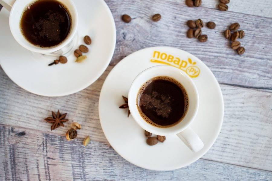 Тонкой струйкой вылейте кофе в чашки вместе с гущей. Подавать можно с ледяной водой, медом или финиками.