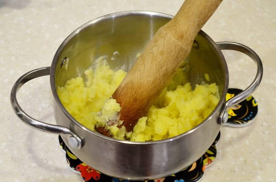 Картофель разомните толкушкой.