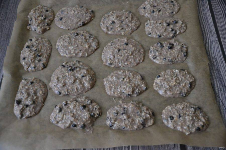 Застелите противень бумагой для выпечки, ложкой выкладывайте печенье на пергамент, на небольшом расстоянии друг от друга. Выпекайте при температуре 180 градусов 15-20 минут, следите за готовностью.