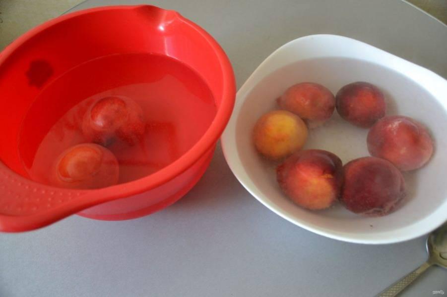 Залейте персики кипятком, подержите около минуты и переложите в миску с холодной водой.