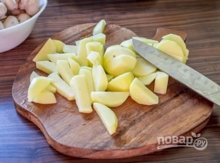 В первую очередь очистим картофель, помоем и нарежем на небольшие кусочки. Выкладываем картофель в кастрюлю и заливаем водой примерно на 3-4 см выше картофеля. Ставим варить.