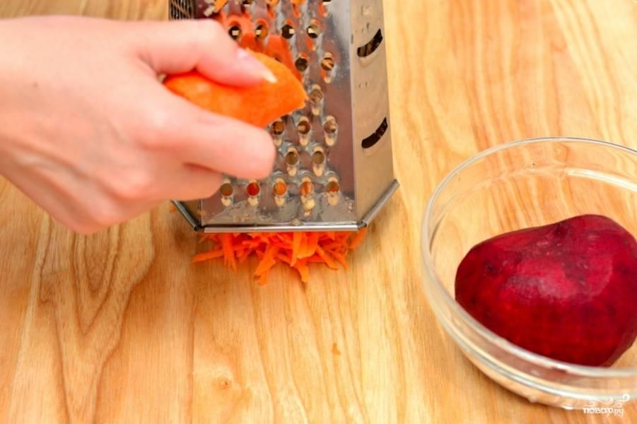 Натрите на крупной тёрке морковь и свеклу.