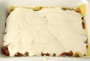Снова укладываем листы лазаньи, фарш, томаты,  заливаем все соусом, крошим моцареллу и сверху посыпаем оставшимся пармезаном.