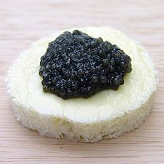 Самый простой способ подать черную икру- хлеб намазать маслом и положить ложечку икры.