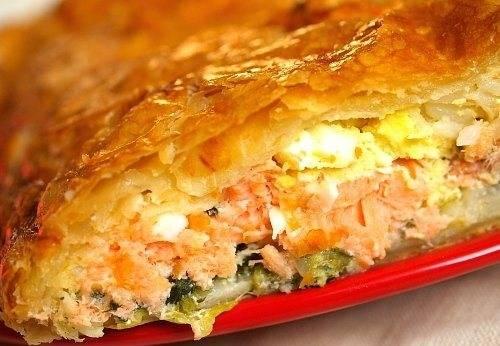Отправьте рыбный пирог в духовой шкаф. Запекайте его при температуре 180 градусов по в районе сорока минут до аппетитной золотой корочки.