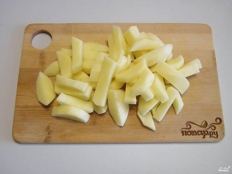Очищенный картофель порежьте кубиками или соломкой.