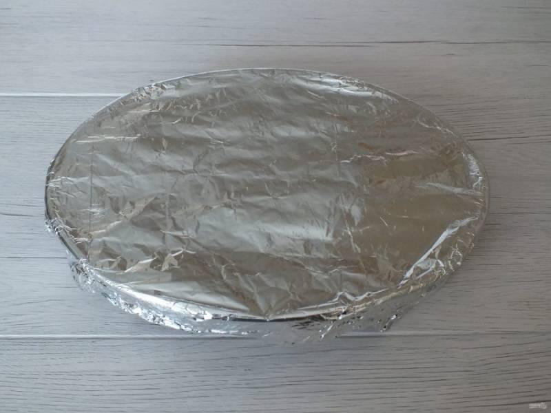 Затяните форму фольгой и поставьте в разогретую духовку на 35 минут.