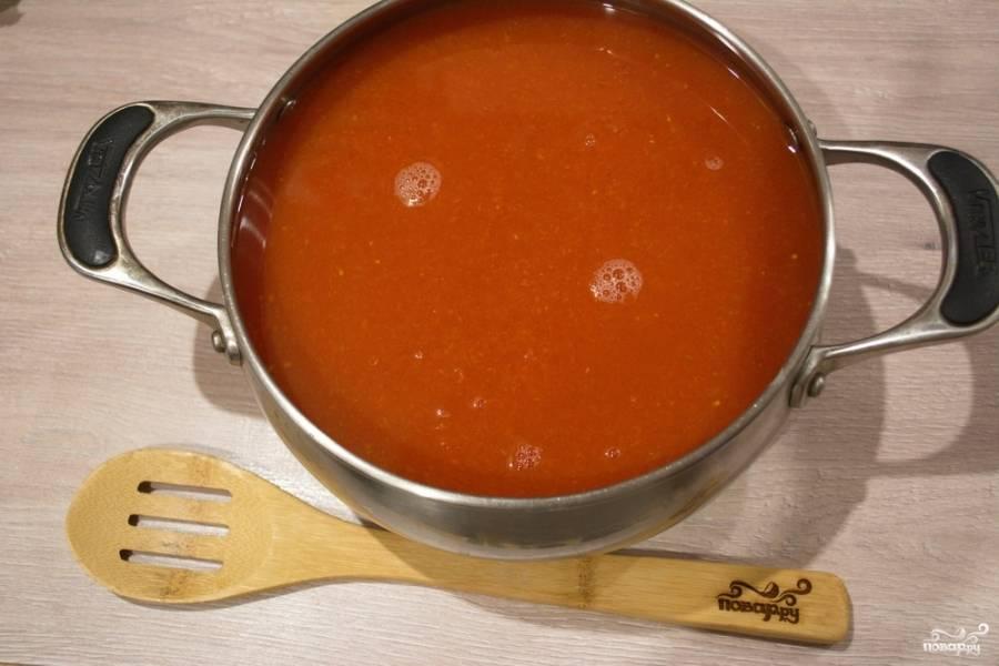 В полученный томатный сок добавляем яблоки и лук. Ставим на плиту, варим на небольшом огне 50 минут. Крышкой — не накрывать. Томатный сок будет брызгать из кастрюли. Будьте осторожны.