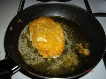 Обмакните шницели в яйца, затем обваляйте в смеси сыра и сухарей. Обжарьте на растительном масле с двух сторон до красивой румяной корочки.
