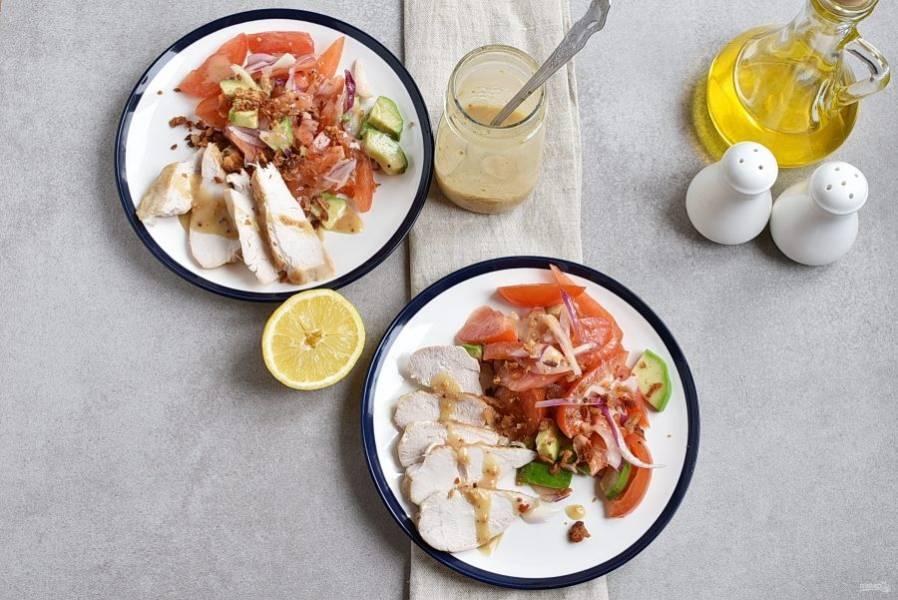 Разложите салат на две тарелки, добавьте с края ломтики курицы и полейте салат заправкой. Сверху посыпьте салат хрустящим поджаренным беконом и сразу подавайте к столу.