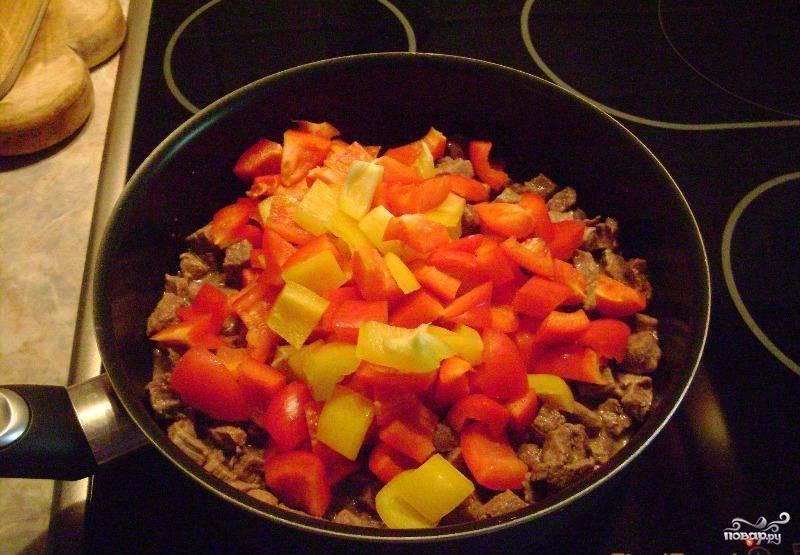 Нарезанный перец добавить к мясу, перемешать, обжарить 5 минут.