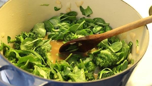 2. Влейте в кастрюлю бульон, доведите его до кипения. Вы можете использовать в рецепте приготовления супа-пюре из брокколи со шпинатом также воду, но с бульоном вкус будет более насыщенным. Посолите по вкусу, добавьте щепотку соли. Выложите в кастрюлю брокколи и шпинат.