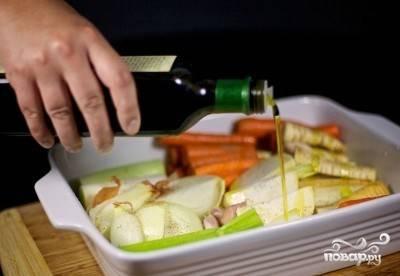 Полейте овощи оливковым маслом и обсыпьте специями. Выпекайте в духовке 35-45 минут.