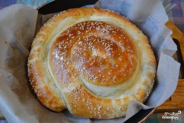 Ставить пирог нужно в очень хорошо прогретую духовку (где-то до 200 градусов), а выпекать около 30-40 минут.