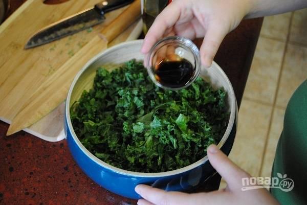 3. Влейте соевый соус, сок лимона и оливковое масло. Еще раз разомните салатик.