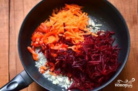 Добавляем к луку натертые на крупной терке свеклу, морковь и нарезанный соломкой или кубиками перец. Обжариваем несколько минут.