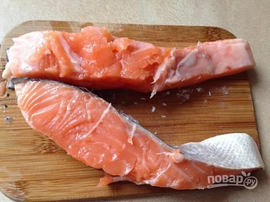 Очистим, помоем и обсушим стейк лосося. Затем разрежем его пополам.