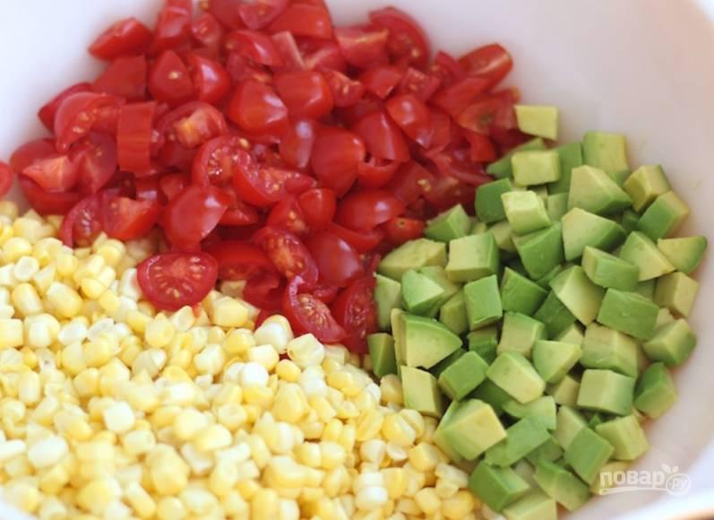 Разрежьте авокадо и достаньте мякоть, порежьте кубиком. Также нарежьте помидорки.