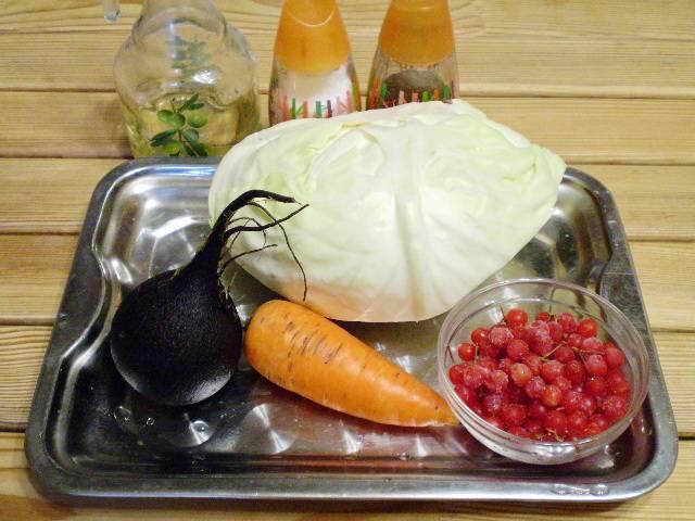 1. Приготовим необходимые овощи, специи и масло для салата. Все овощи вымыть и очистить.