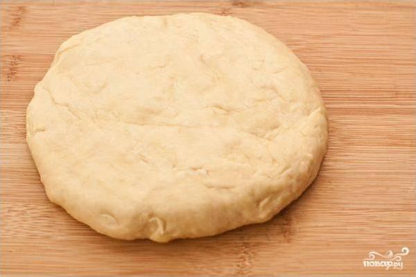 3. Интенсивно вымесите тесто (около 10 минут) на смазанном маслом столе. После чего заверните его в пищевую пленку и оставьте минимум на полчаса.