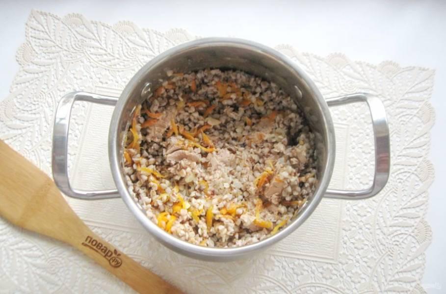 Перемешайте кашу с паштетом и овощами так, чтобы кусочки паштета оставались и чувствовались в готовом блюде.