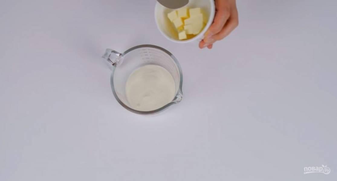 1. Кокосовую стружку смешайте с сахарной пудрой. Сливки нагрейте в микроволновке со сливочным маслом, чтобы масло растопилось. Залейте кокосовую смесь масляной и хорошо размешайте. По желанию добавьте кокосовый ликер.