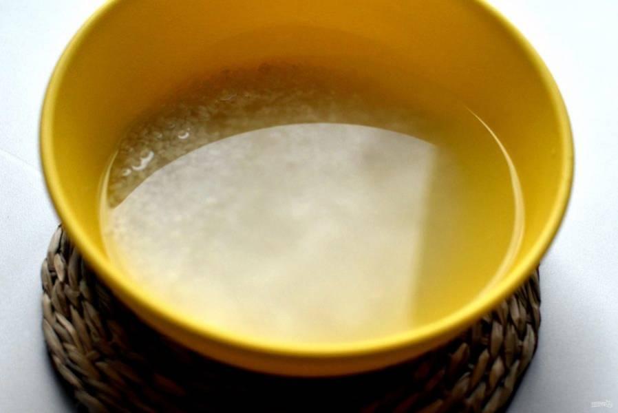 Круглый рис хорошо  промойте и залейте кипятком. Накройте и дайте остыть. Дайте стечь лишней жидкости.