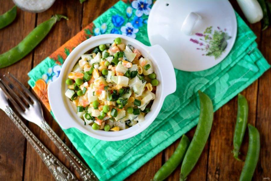 Перемешайте салат и подавайте к столу. Можно присыпать мелко нарезанным зеленым луком. Приятного аппетита!