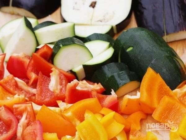 2. Вымойте овощи, очистите и нарежьте средними кубиками.