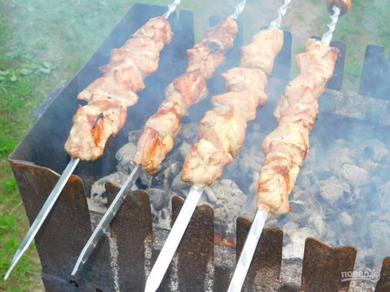 Готовое мясо нанизывайте на шампура и готовьте на горячих углях, поворачивая со всех сторон.