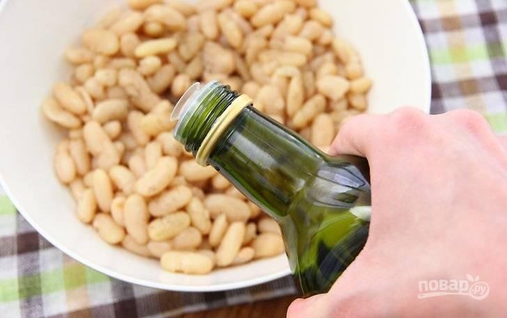 8. Фасоль заправьте оливковым маслом, перемешайте. Можно также добавить соль и перец. Выложите сверху сальсу и салат готов.