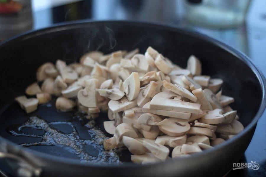 Грибы промойте и нарежьте средними кусочками. Затем обжарьте их в масле до золотистой корочки.