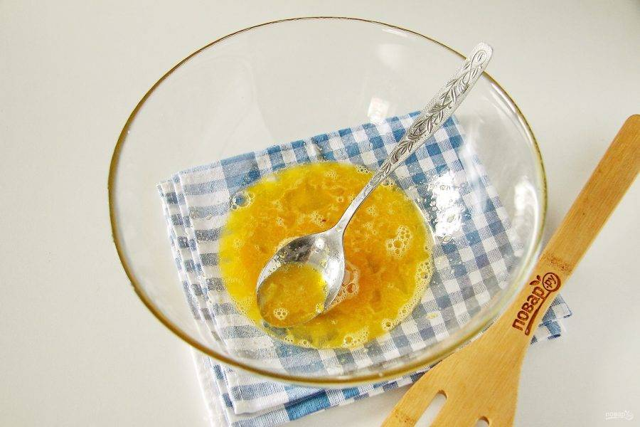 Одно яйцо взбейте с солью и оставшимся сахаром.
