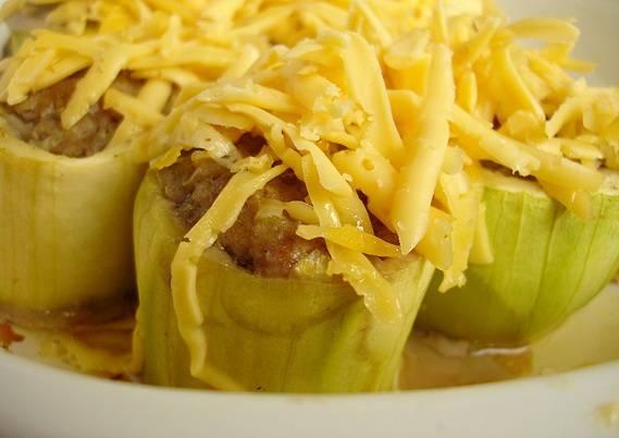 Когда кабачки почти готовы, посыпаем их тертым сыром и запекаем до золотистой корочки примерно 20-25 минут.