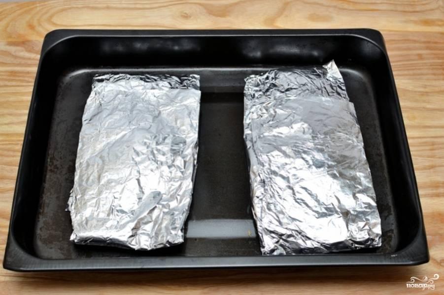 Заверните рыбу в фольгу (как в конверт).