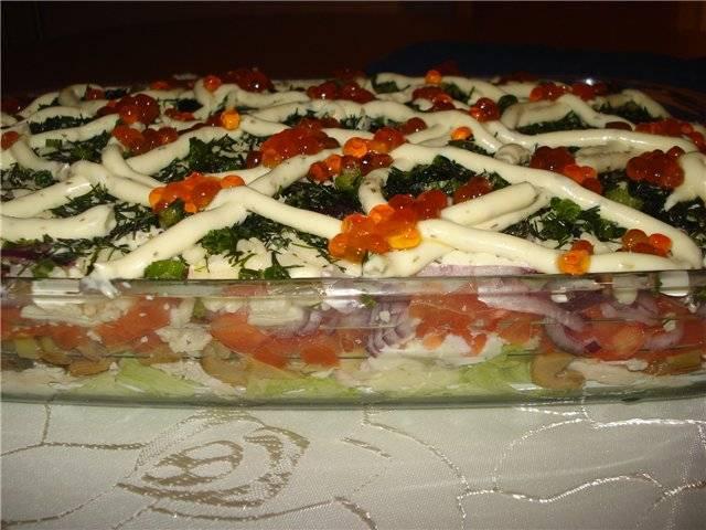 Я так же украсила салат красной икрой и сделала еще одну майонезную сетку для украшения.