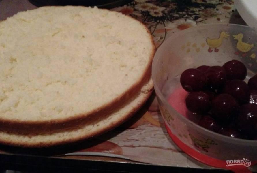 9. Я решила разнообразить торт вишнями — идеальное сочетание с представленными видами крема.