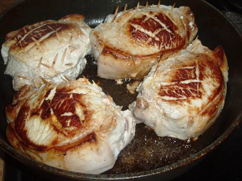 13. Накрыть крышкой и жарить на медленном огне до готовности. Затем крышку снять и поджарить мясо до золотистой корочки.