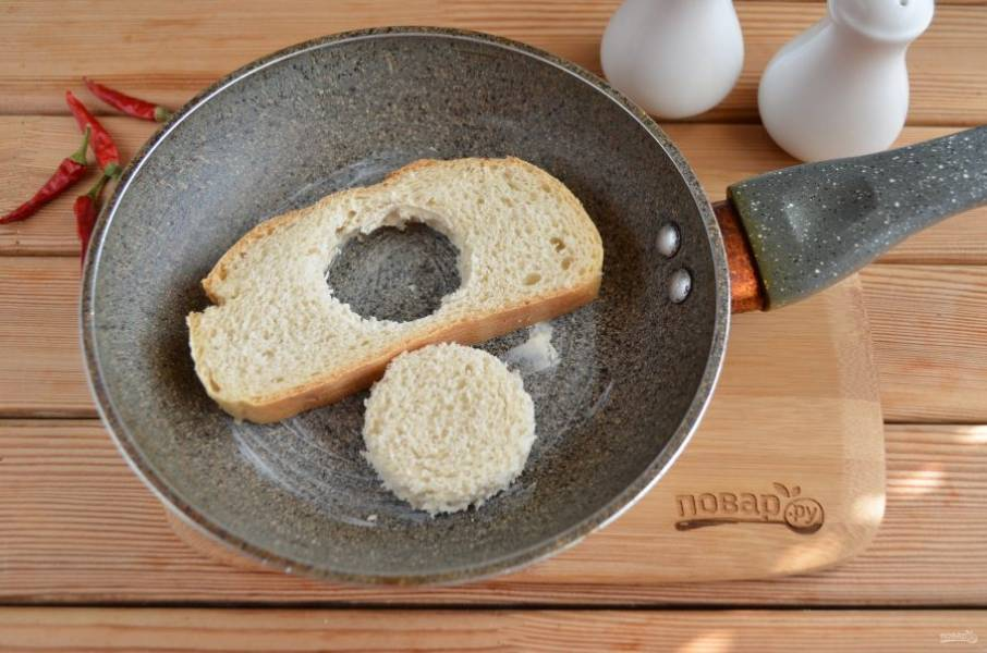 Сковороду смажьте кусочком масла, разогрейте и обжарьте с двух сторон хлеб.