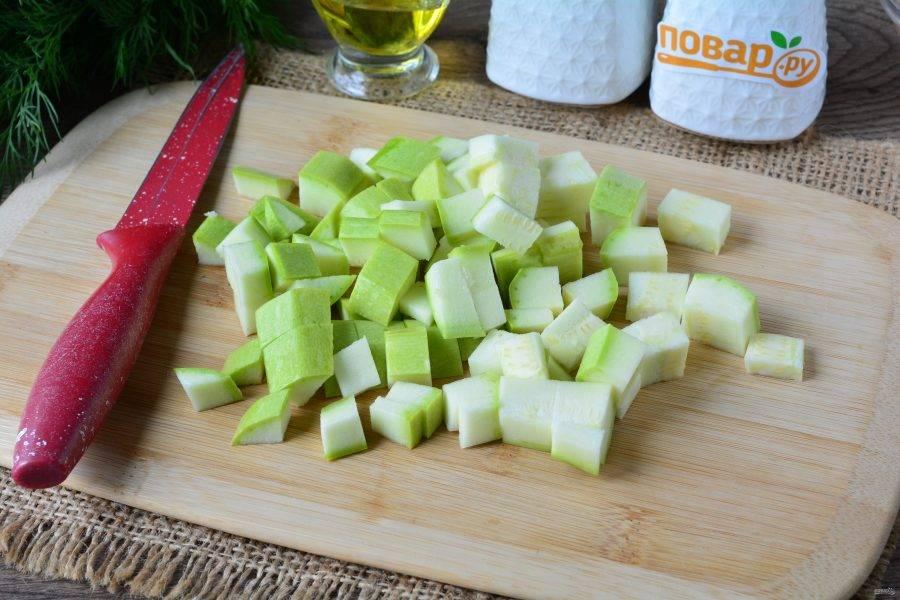 Кабачки промойте и нарежьте средними кубиками.