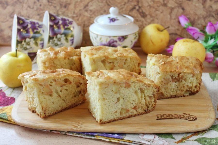 Пирог достаньте из формы, охладите и нарежьте. Можно подавать к столу.