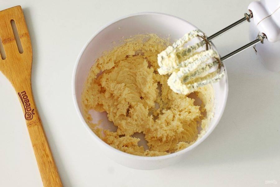 Мягкое масло взбейте с сахаром и ванилином.