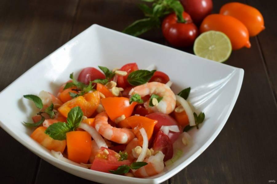 В большом салатнике соедините: помидоры, креветки и лук. Полейте заправкой, перемешайте. Посыпьте арахисом и зеленью. Приятного аппетита!